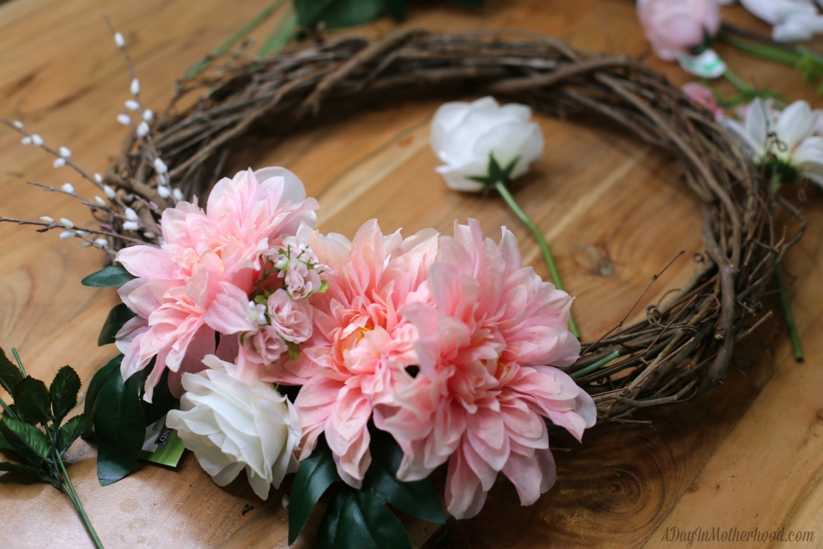30 Minute Craft: DIY Wreath glued